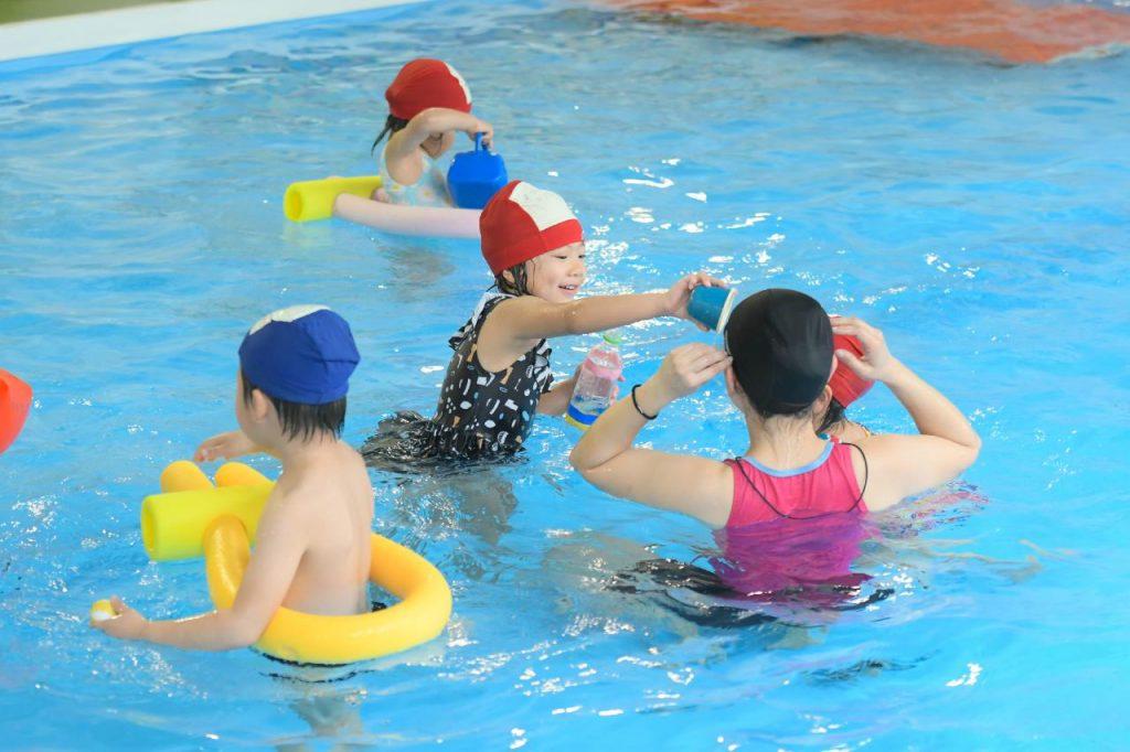 水の保育を通してたくましい子どもの育成(温水プールでの水遊び)
