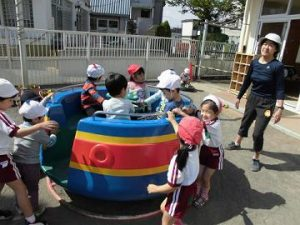 回転遊具を楽しむ子どもたち。